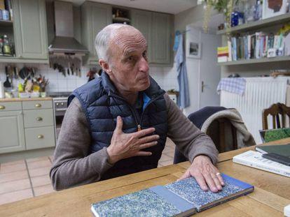 El médico belga Yves de Locht en su casa durante la entrevista.