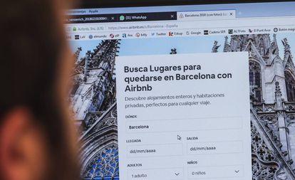 Un usuario navega en la web de Airbnb.