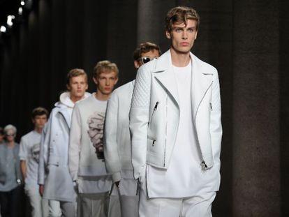 El blanco fue uno de los colores clave en la colección de Neil Barrett en la semana de la moda de Milán