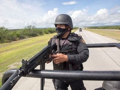 """Miembros de la policía estatal del estado de Nuevo León """"Fuerza Civil""""  realizan un patrullaje en el tramo de la carretera Monterrey - Nuevo Laredo."""