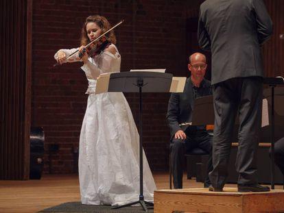 Patricia Kopatchinskaja durante su interpretación del 'Concierto para violín' de Ligeti con la Orquesta de Cámara Mahler.