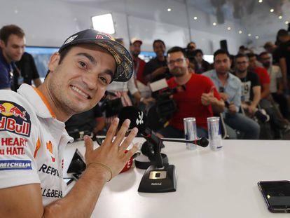 Dani Pedrosa, en una abarrotada sala de prensa en Montmeló.