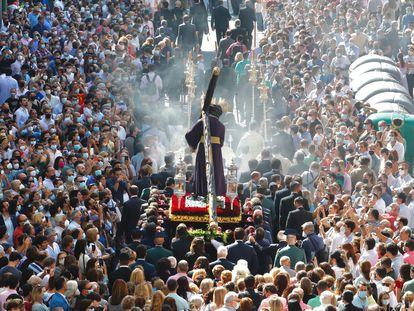 Procesión de Jesús del Gran Poder, este sábado en Sevilla, a su paso por la calle Recaredo, camino del barrio de Los Pajaritos.
