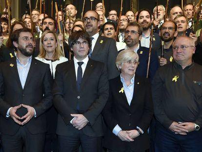 El expresident de la Generalitat, Carles Puigdemont, junto a varios de los exconsejeros en Bruselas noviembre de 2017.