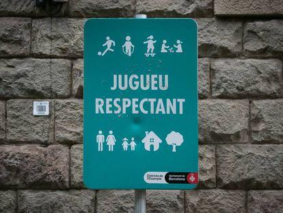 Uno de los carteles del Ayuntamiento de Barcelona que han sustituido la prohibición de jugar a pelota.