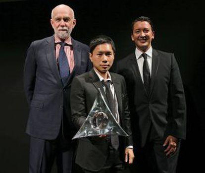 El todopoderoso Richard Armstrong, director de la Solomon R. Guggenheim Foundation (con barba blanca), presenta al ganador de la décima edición del Hugo Boss Art Prize, Paul Chan, en la sede del Guggenheim de Nueva York. Les acompaña Gerrit Rützel, CEO de Hugo Boss en América.