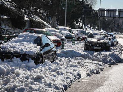 Vehículos atascados por la nieve en la M-30 de Madrid, este lunes.