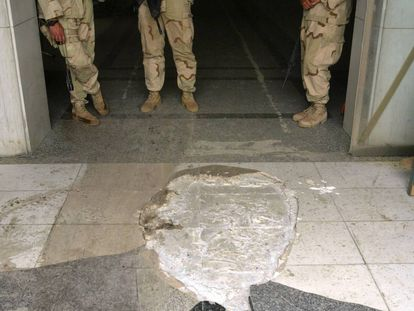 Soldados estadounidenses en la entrada del hotel Al Rashid; el rostro del mosaico en el suelo era el del presidente George Bush.