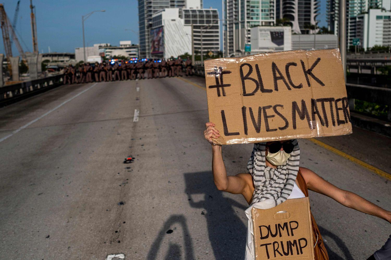 Un manifestante en las protestas de Miami este domingo.