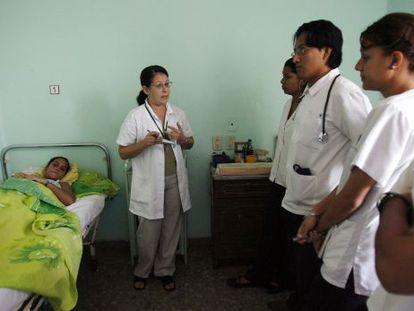 Una doctora habla a estudiantes de Medicina en La Habana, en una foto de archivo.