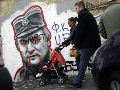Mural de Ratko Mladic pintarrajeado en Belgrado