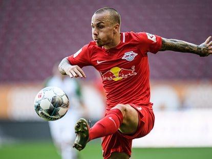 Angelinho trata de controlar el balón en un partido entre el Leipzig y el Ausburgo.