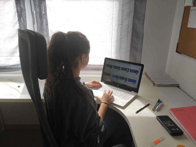 Una niña sigue las clases online desde su casa, en Soto del Real.