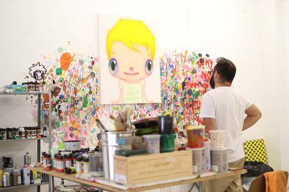 Javier Caleja, en su estudio de Málaga, frente a una de sus obras.