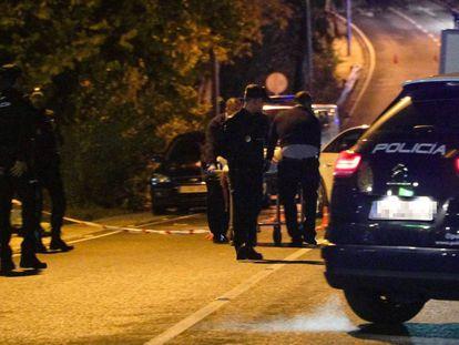 Agentes de policía trasladan el cadáver del hombre asesinado en diciembre en Cabopino (Marbella).