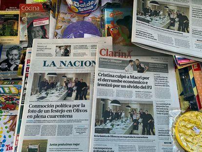 Las portadas de los periódicos argentinos reflejan el 13 de agosto pasado el escándalo por la foto del cumpleaños de la primera dama celebrado durante la etapa más restrictiva de la cuarentena contra la covid-19.