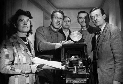 Jacques Becker, con jersey, en el rodaje de 'os amantes de Montparnasse' (1958).