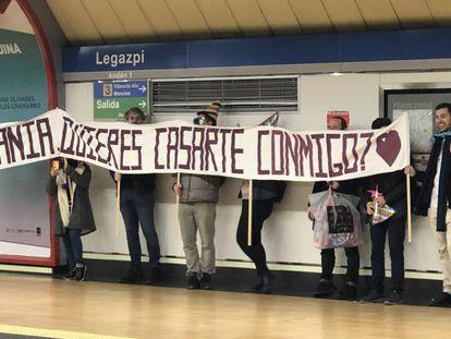 La pancarta que los amigos de Alejandro Jiménez llevaron a la estación de Legazpi una pedida de matrimonio sorpresa. En vídeo, la pedida.