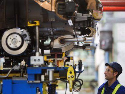 Un operario en una fábrica de automóviles de Valencia.