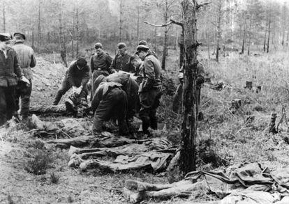 Cuerpos descubiertos en el bosque de Katyn en 1943.