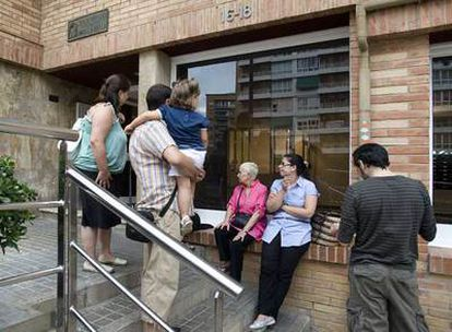 Entrada al portal de la vivienda que ocupaba la pareja en la calle de Lorena, en Barcelona.