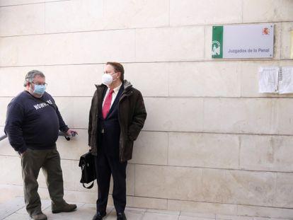Manuel García, acusado por negarse a llevar mascarilla, junto a su abogado en los Juzgados de Jaén.