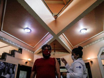 Aplicación de una dosis de la vacuna Pfizer en el Teatro Carlos Gomes, en centro de la ciudad brasileña de Río de Janeiro, el 13 de junio pasado.