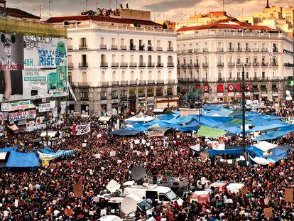Una manifestación multitudinaria, en la Puerta del Sol de Madrid, el 21 de mayo de 2011. En vídeo, diez años del 15-M.
