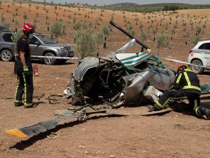 Un bombero junto a los restos del helicóptero siniestrado, este lunes.