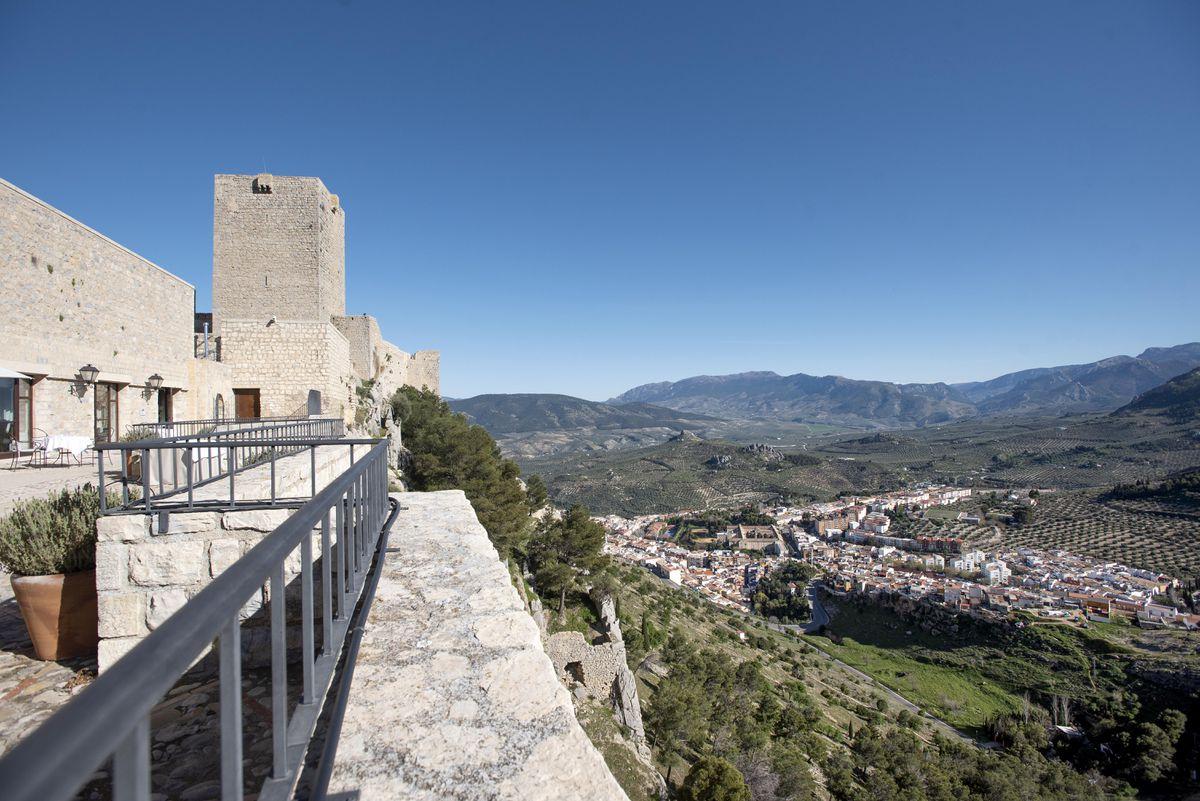 Jaén, mar y montaña con un faro de fondo