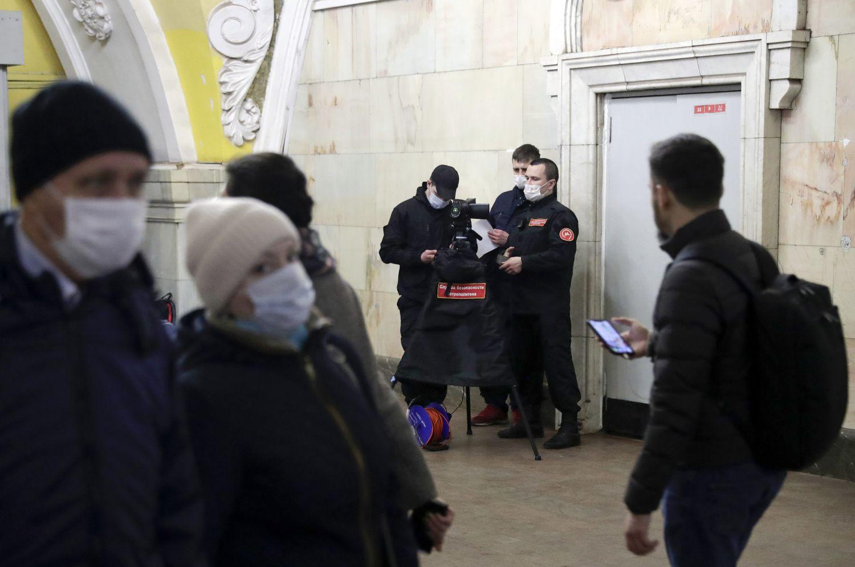 Una patrulla del metro de Moscú hace controles de temperatura a los pasajeros, el pasado 18 de marzo.