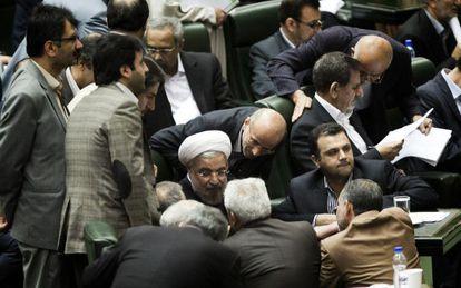 El presidente Rohaní, rodeado de parlamentarios.