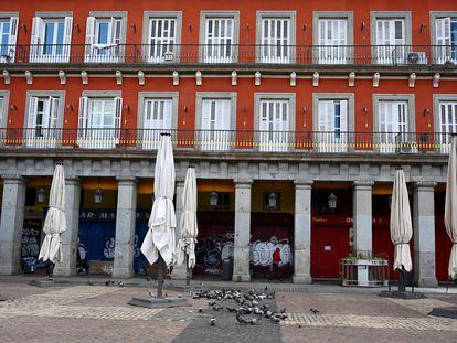 Sombrillas de la terraza de un bar cerrado en Madrid.