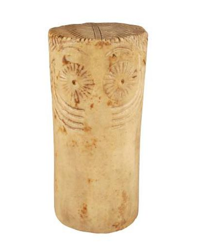 Ídolo en forma de cilindro, en piedra (3000 a 2500 a.C., hallado en Morón de la Frontera (Sevilla).