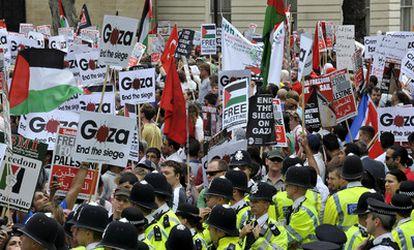 Manifestantes protestan frente a la embajada de Israel en Londres.