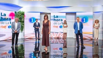 Mónica López (cento) y los colaboradores de 'La hora de La 1'.