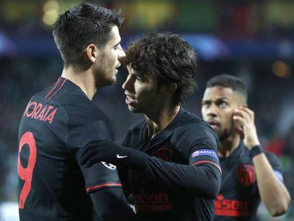 Morata felicita a João Félix tras su gol.