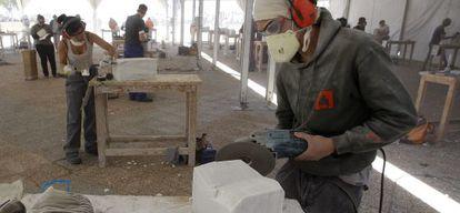 Un joven trabaja el mármol en Macael (Almería).