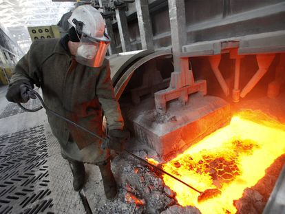 Un obrero trabaja en una fundición de aluminio.