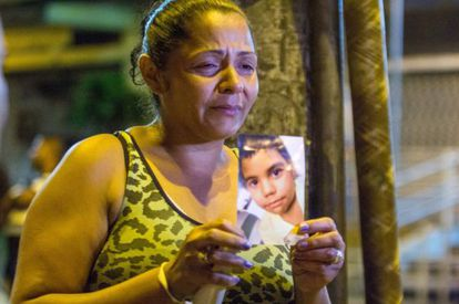 La madre de Eduardo Jesus Ferreira con una foto de su hijo.