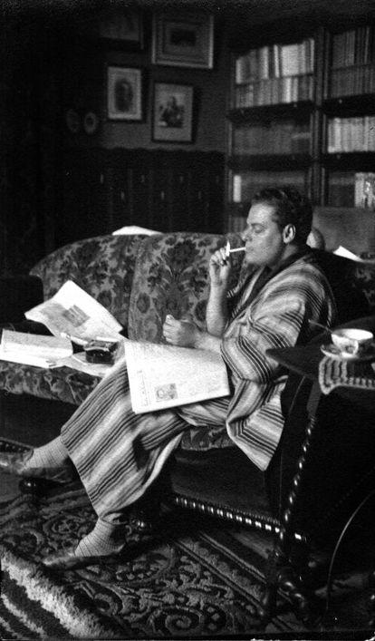 Joan Estelrich, en una imatge, ben definitòria del personatge, el 1930: llegint, en una estança senyorívola, i amb un punt hedonista.