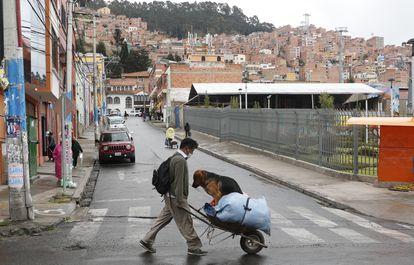 Un hombre empuja un carro en La Paz (Bolivia) el 17 de abril