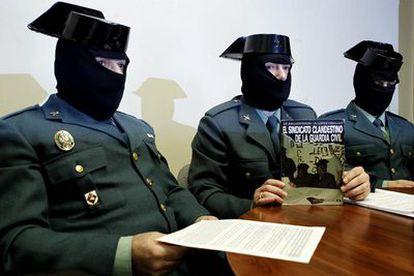 Guardias Civiles encapuchados ofrecen una rueda de prensa para denunciar el trato que reciben del Gobierno