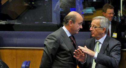 Jean-Claude Juncker, presidente del Eurogrupo, conversa con Luis de Guindos