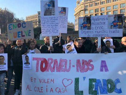 Familiares y amigos de Enoc se manifiestan en la plaza de Catalunya de Barcelona.