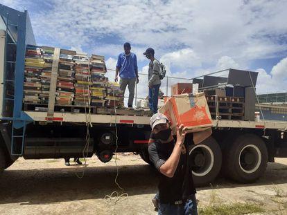 Jóvenes se movilizan para reacomodar los libros de la Universidad de Oriente de Venezuela.