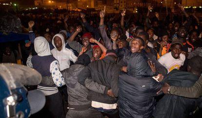 Migrantes subsaharianos se enfrentan a jóvenes marroquíes el pasado noviembre en Casablanca.