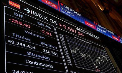 Un panel informativo muestra la evolución del IBEX 35 en el Palacio de la Bolsa en Madrid, el 24 de febrero.