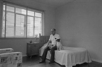 Luis Buñuel, en su casa de México en agosto de 1977, con su perra Tristanita.