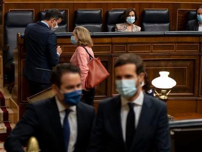 El presidente del PP, Pablo Casado, frente al presidente del Gobierno, Pedro Sánchez, y la ministra de Economía, Nadia Calviño, este miércoles en el Congreso.